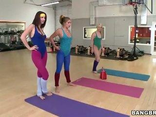 性感 辣妹 集 一 女同志 threeway 在 该 健身房