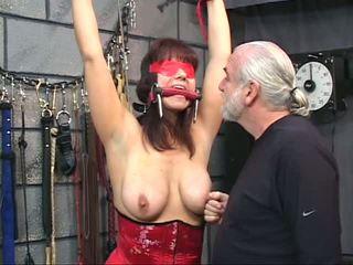Brünette im ein korsett mit blindfold gets sie muschi tortured mit clamps