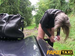 Faketaxi blonda gagica inpulit în ei mic pasarica cu chilotei în jurul picioare