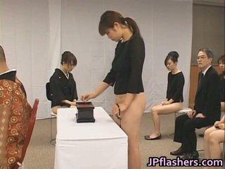 Asiatisch mädchen gehen bis kirche hälfte nackt