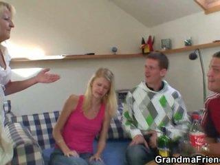 Two partying guys sekrup mabuk perempuan tua