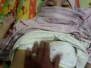 Ázijské dievča v hijab nahmatané & preparing na mať sex