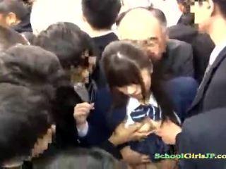 Asiatisk skolejente gets henne fjes gjengen banged i en buss