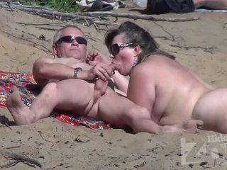 Broche em um nudismo praia