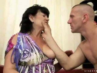 Gruba włochate babcia gets fucked