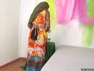 Bonita india esposa chupando muscle pene