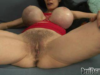 behaarte muschi, grosse titten, dunkles haar