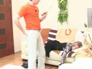 Humalassa nukkuva äiti anaali perseestä video-