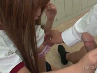 Asia terangsang sekolah gadis giving seksi memainkan payudara di ruang kelas