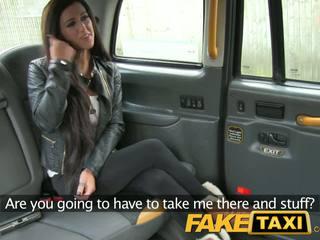Faketaxi seksuālā brunete falls par taxi charm