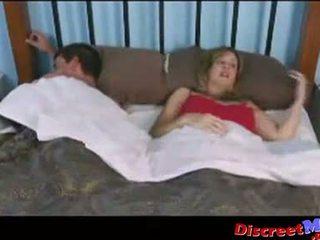 Gutt og mamma i den hotel rom