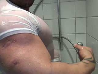 Bi szexuális bodybuilder takes egy zuhany és mast