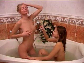 Alessandra dan rakan taking yang bath