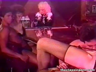 Bigtitted wanita bump dalam yang malam bar