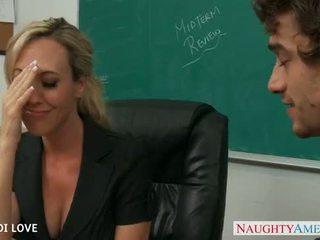 Rubia profesora brandi amor cabalgando polla en clase