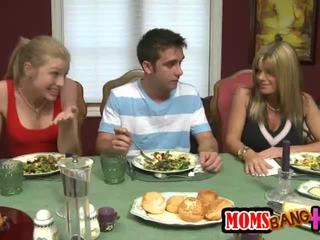 Милф stroks а млад хуй под на маса