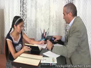 هذا الآسيوية طالب غير loving ال اهتمام من لها مدرس