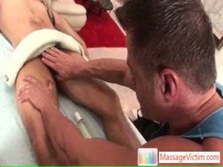 Jake getting hans giant kuk massaged och sucked av massagevictim