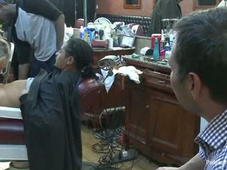 Mic barbershop de curva o bărbierit și o haircut two tate