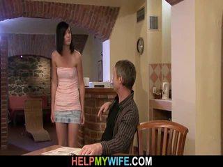 Vecchio uomo watches suo moglie scopata