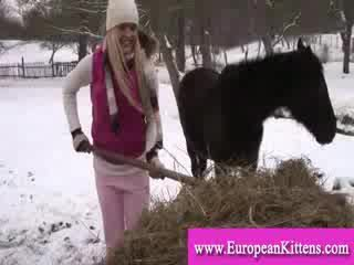 Леді pleasing сама в the stables з a іграшка