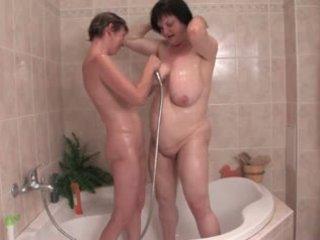 Saggy lesbiche farsi il bagno