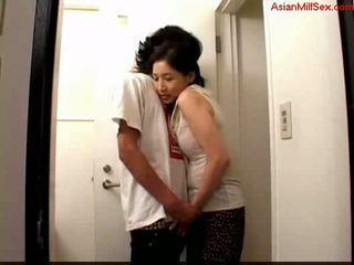 Bevállalós anyuka giving leszopás mert fiatal guy elélvezés hogy palm tovább a toilett