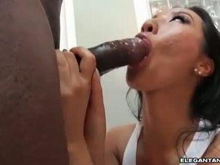 Szűk segg ázsiai szajha takes nagy fekete knob -ban neki száj