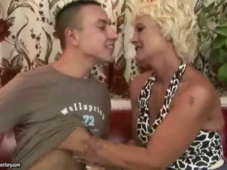 奶奶 gets 性交 硬 在 该 厨房