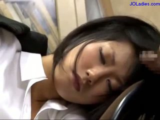 Kantoor dame slapen op de stoel getting haar mond geneukt licking guy lul in de kantoor