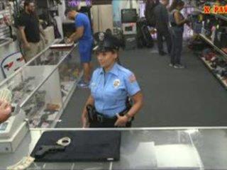 شرطة ضابط مع ضخم الثدي got مارس الجنس في ال خلف الكواليس