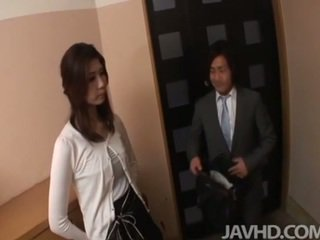 Malibog businessman seduces kaakit-akit matandang mahilig sa mas batang lalake