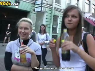 Sensuous drunken sweeties expose 그들의 tushes 과 가슴 에 그만큼 파티