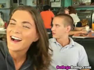 Của tôi đại học bạn gái giving blowjob trong công khai diner